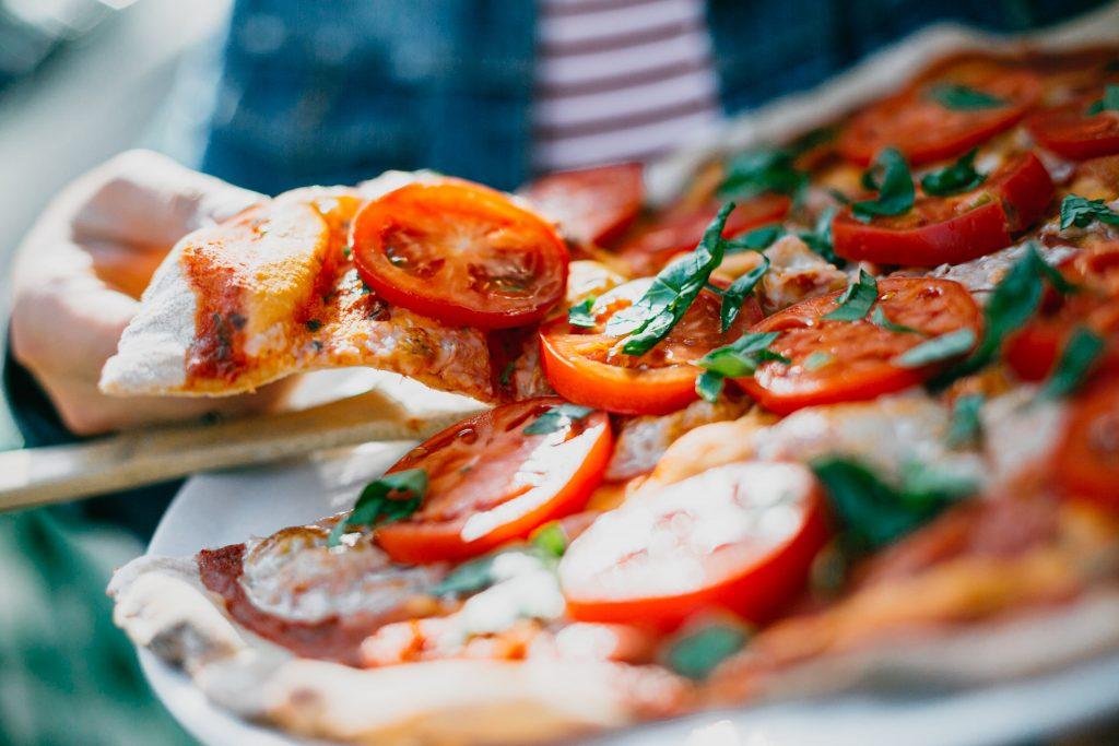 bánh pizza cà chua cắt lát