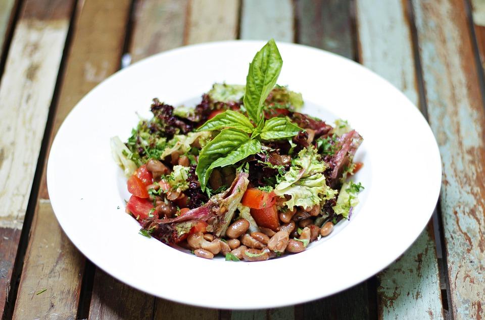 Đĩa salad đậu thận, rau xà lách, cà chua bi