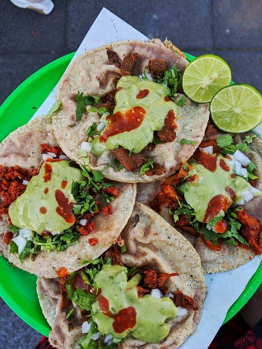 Tacos gồm đậu phụ, cà chua nhồi trong bánh tortilla