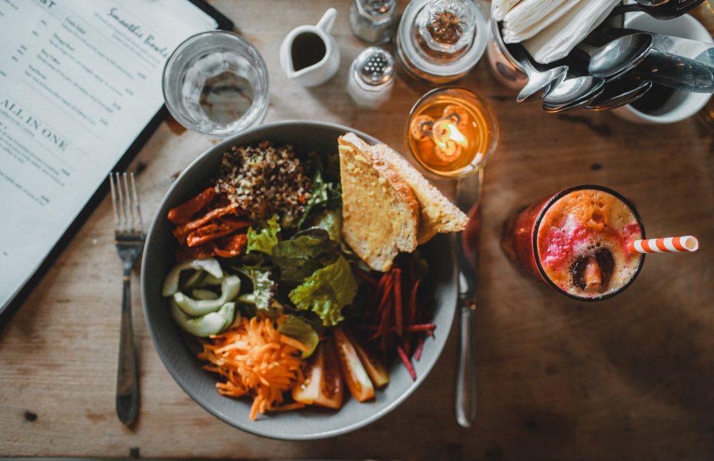 Tô salad chay gồm các loại rau củ, bánh mì và ly nước