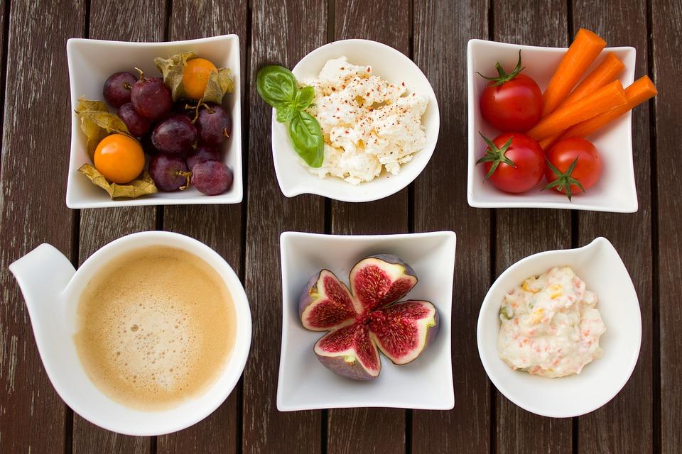 sốt hummus, các loại rau củ quả như cà chua bi, cà rốt, trái lựu, nho, cà phê cho bữa sáng