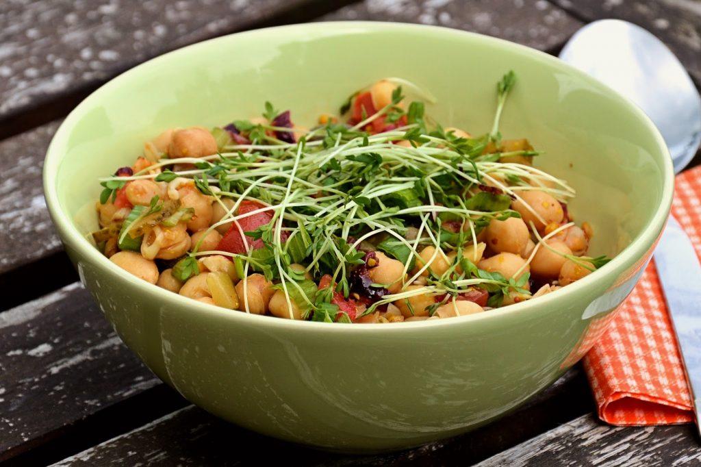 tô salad đậu gà, cà chua thái hạt lựu và rau