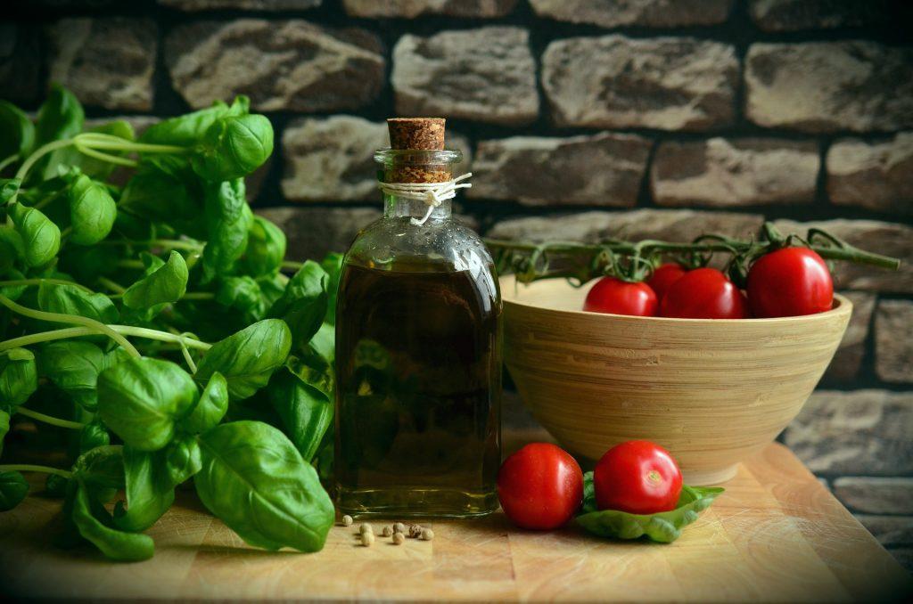 lọ ô liu và basil cà chua